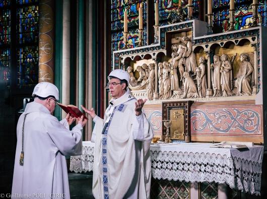 Uskup Agung Paris merayakan Misa pertama di sebuah kapel di Katedral Notre Dame (Guillaume POLI | CIRIC)