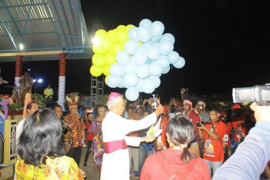 Pelepasan Balon olegh Ketua Komisi Kepemudaan KWI Mgr Pius Riana Prapdi (PEN@ Katolik/ym)
