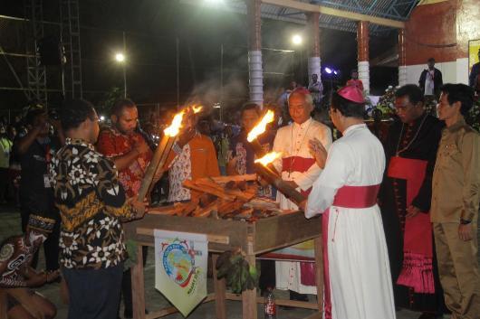 Pemberkatan tungku api oleh Uskup Agung Merauke Mgr Nicholaus Adi Seputra MSC: tema tungku api menjadi simbol kerukunan, kebersamaan, kedamaian, dan  memberi makan (PEN@ Katolik/ym)