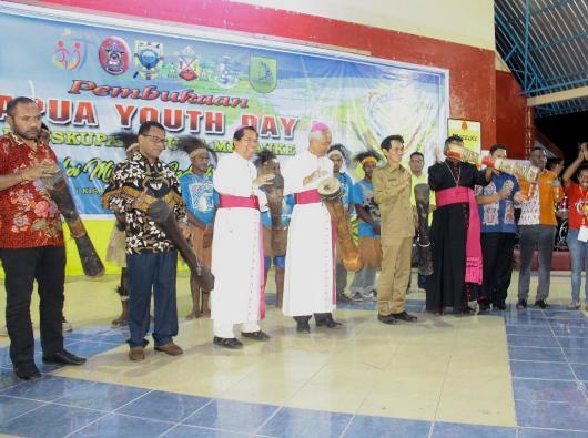Pembukaan Papua Youth Day pertama di Merauke dengan penabuhan tifa (PEN@ Katolik/ym)