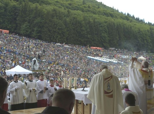 Paus Fransiskus dalam Misa di Tempat Ziarah Maria di Şumuleu Ciuc. (Vatican Media)