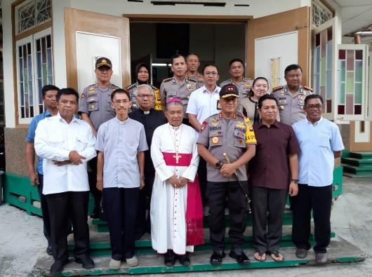 Kaploda Kalbar bersama jajarannya bergambar bersama Uskup Agung Pontianak dan para imam. (PEN@ Katolik/Samuel)