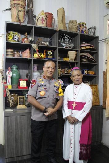 Kapolda Kalbar Irjen Pol Didi Haryono bersama Uskup Agung Pontianak Mgr Agustinus Agus (PEN@ Katolik/Samuel)