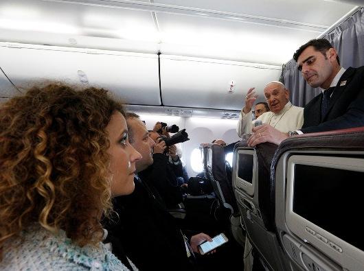 Paus Fransiskus  menjawab pertanyaan wartawan di atas pesawatnya dari Sibiu, Romania, ke Roma 2 Juni 2019. PAUL HARING/CNS