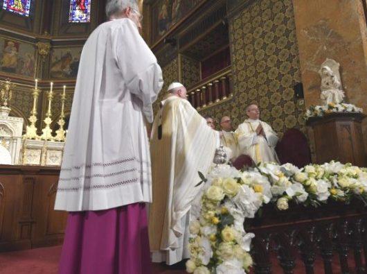 Paus Fransiskus memberkati Patung Maria di Katedral Santo Joseph di Bukares (Vatican Media)