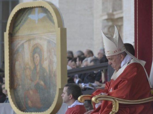 Paus dalam Misa Malam Pentakosta berbicara tentang Gambar Bunda Maria Cinta Ilahi yang dipajang di sebelah tempat duduknya. Cinta Ilahi adalah Roh Kudus yang muncul dari Hati Kristus. (Vatican Media)