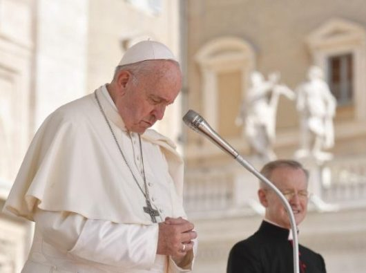 Paus Fransiskus berdoa sambil membungkukkan kepala dalam Audiensi Umum 12 Juni 2019 (Vatican Media)