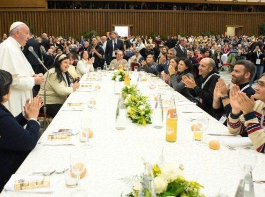 Paus saat makan siang bersama orang miskin di Aula Paul VI (@ L'Osservatore Romano)