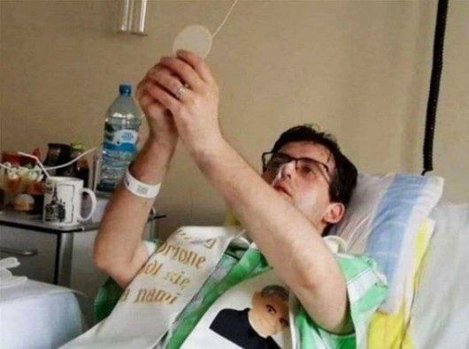 Pastor Michał Łos FDP memimpin Misa dari atas ranjang di rumah sakit