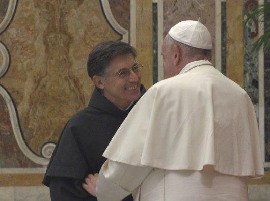 Paus Fransiskus menyalami Master Jenderal OFMConv yang baru, Pastor Carlos Trovarelli OFMConv (Vatican Media)
