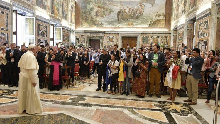 Paus menyapa orang  muda yang ambil bagian dalam Forum Orang Muda  Internasional XI (Vatican Media)