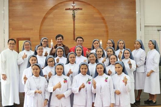 Empat suster yang mengikrarkan kaul perdana, 18 suster yunior yang membaharui kaul bersama suster Pembina Yunior dan para imam konselebran (PEN@ Katolik/sms)