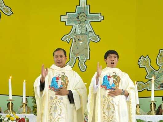 Dua imam baru yang ditahbiskan oleh Uskup Agung Semarang: Pastor  Fransiskus Asisi Eko Hadi Nugroho MSF (kanan) dan Pastor  Bonaventura Agung Pribadi OCD (kiri). Foto dokumen dari MSF