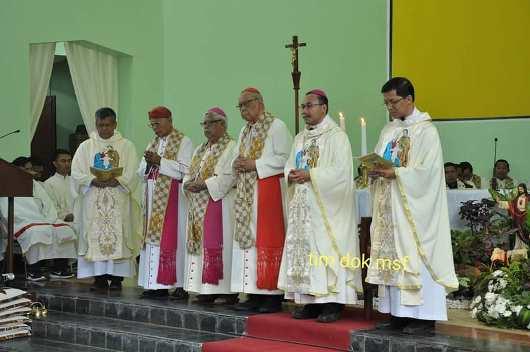 Mgr Robertus Rubiyatmoko (kedua dari kanan) dengan para pendamping termasuk tiga uskup pensiunan