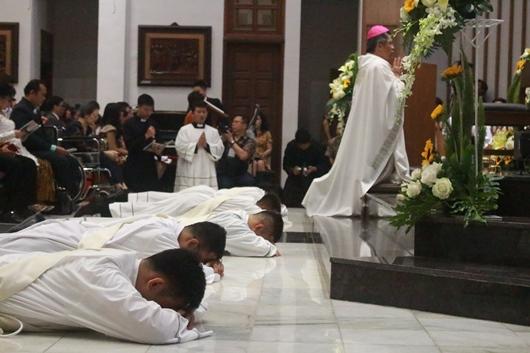 Empat calon imam diosesan Bandung dan satu calon imam Ordo Pewarta mengungkapkan kepasrahan dan ketidakpantasan dengan tiarap di depan altar Gereja Santo Paulus Bandung, 25 Juli 2019 (PEN@ Katolik/pcp)