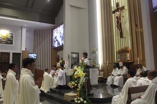 Pastor Yohanes Hario Kristo Wibowo Pr menerima piala berisi anggur dari Mgr Subianto dan membawanya ke altar (PEN@ Katolik/pcp)
