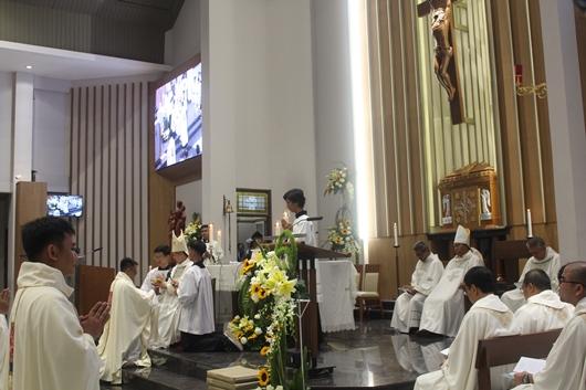 Pastor Thomas Andre Putranto Nursantosa Pr menerima piala berisi anggur dari Mgr Subianto dan membawanya ke altar (PEN@ Katolik/pcp)