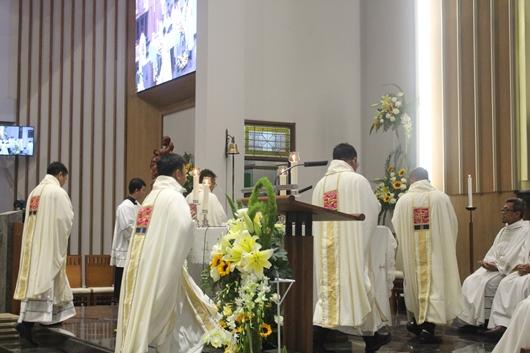 Lima imam baru naik ke altar untuk mempersiapkan altar untuk Liturgi Ekaristi (PEN@ Katolik/pcp)