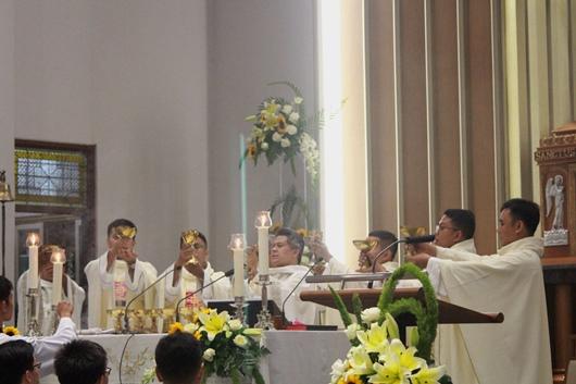 Mgr Subianto bersama lima imam baru mengangkat piala (PEN@ Katolik/pcp)