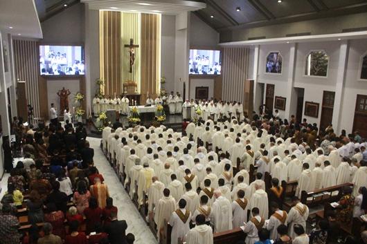 Suasana Misa Tahbisan dengan kehadiran imam terbanyak, menurut Mgr Subianto Bunjamin OSC, lebih dari 160 imam (PEN@ Katolik/pcp)