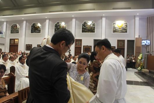 Orang tua dari Diakon Bayu membanyu Bayu mengenakan stola dan kasula (PEN@ Katolik/pcp)