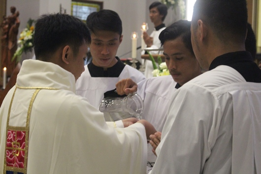 Pastor Valentinus Bayuhadi Ruseno OP mencuci tangannya yang diurapi minyak Krisma (PEN@ Katolik/pcp)