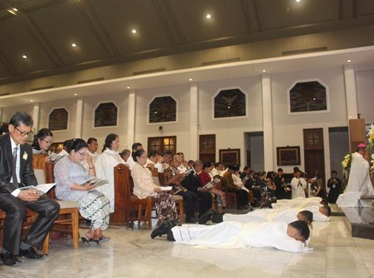 Empat calon imam diosesan Bandung dan satu calon imam Ordo Pewarta mengungkapkan kepasrahan dan ketidakpantasan dengan tiarap di depan altar Gereja Santo Paulus Bandung, 25 Juli 2019
