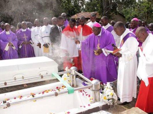 Uskup Kaggwa dan para imam dalam pemakaman Bruder Mugarura di  Kiteredde, 8 Juli 2019. (Foto Ambrose Musasizi)