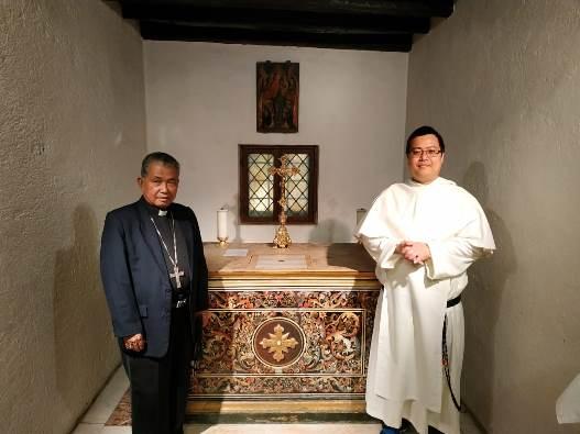 Mgr Agus bersama Pastor Mingdry di kapel yang dulunya merupakan kamar  tidur Santo Dominikus