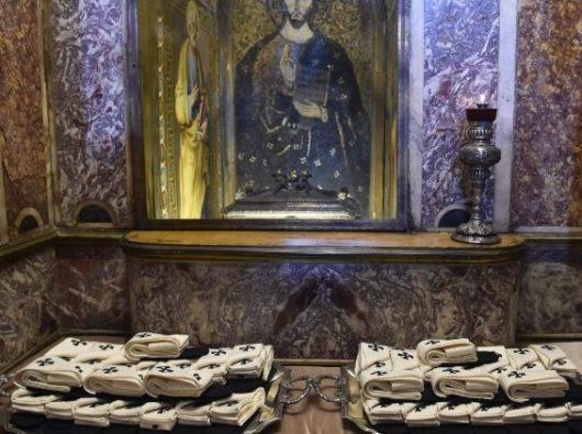 Pallium ditempatkan dekat makam Santo Petrus di tahun 2018  (Vatican Media )