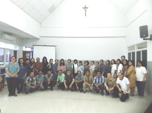 Peserta bergambar bersama setelah rekoleksi di aula SMK Strada Tangerang (PEN@ Katolik/km)