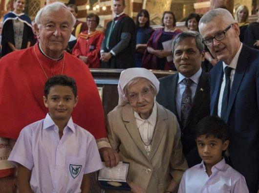 Suster Berchmans bersama Kardinal Nichols, Muhammad Nafees Zakaria (tengah), Adrian O'Neill (kanan), and dua mantan murid