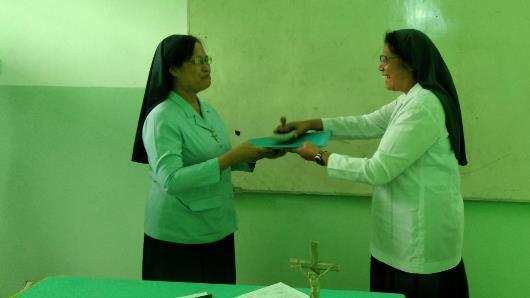 Serah terima ketua yayasan dari Suster  Maria Florentina Memu OSU (kanan) kepada Suster  Theresia Sri Biastuti  OSU (kiri) (PEN@ Katolik/michael)