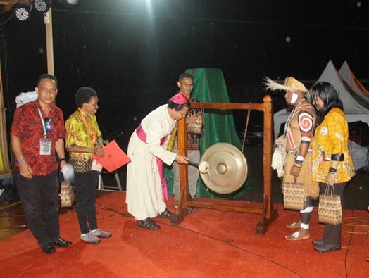 Uskup Agung Merauke Mgr Nicholaus Saputra MSC memukul gong tanda ditutupnya PYD pertama (PEN@ Katolik/ym)