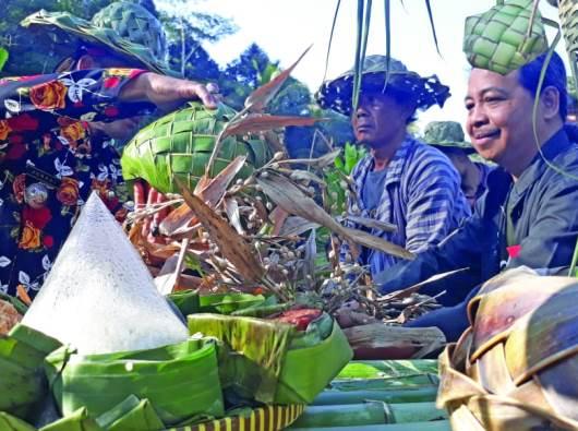 Pastor Patricius Hartono Pr bersama umat Katolik dan petani di daerah Bedono, Ambarawa, dan Magelang, kembali membudidayakan tanaman jali dalam gerakan budidaya tanaman jali (PEN@ Katolik/lat)