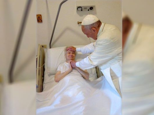 Paus memberkati Suster Maria dalam kunjungannya di hari Minggu