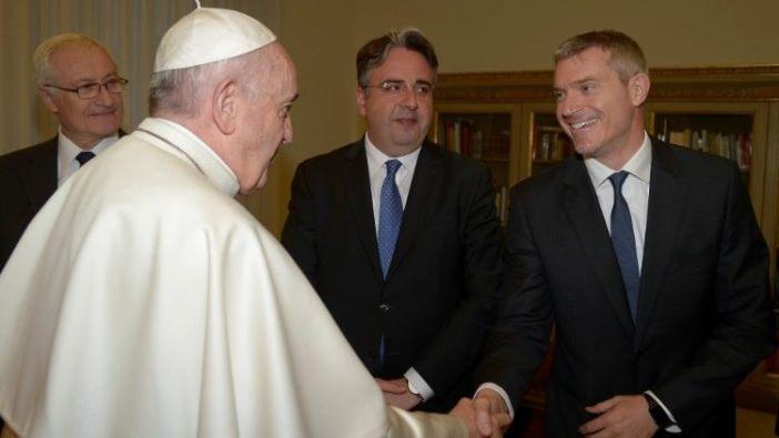 Paus Fransiskus menyalami Matteo Bruni saat berkunjung ke Romania.  (Vatican Media)