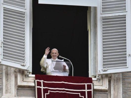 Paus Fransiskus menyalami umat beriman saat Angelus Minggu 28 Juli 2019.(Vatican Media )