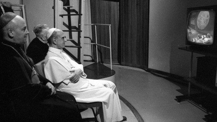 Paus Pauusl VI menonton pendaratan di bulan pada televisi  20 Juli 1969   (©CATHOLICPRESSPHOTO)