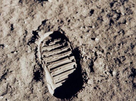 Satu jejak kaki pertama di bulan