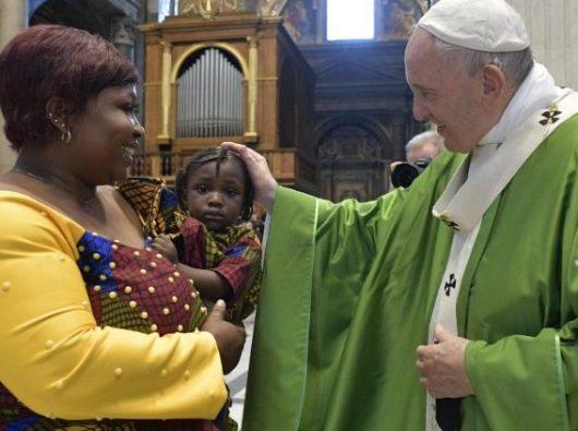Paus Fransiskus bersama kaum migran dalam Misa di Basilika Santo Petrus. (Vatican Media)