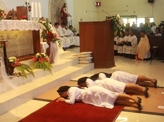 Sebelum mengikrarkan kaul kekal tiga suster OP bertiarap di depan altar saat Litani Para Kudus dinyanyikan (PEN@ Katolik/pcp)
