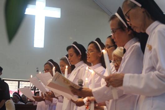 Para suster yang merayakan 25 tahun dan 50 tahun hidup membiara membaharui kaul mereka (PEN@ Katolik/pcp)