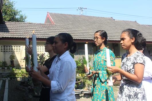 Empat puteri dari Sulawesi, Sumatera, Flores dan Lembata berarak memasuki kapel untuk menerima pakaian dan nama kebiaraan (PEN@ Katolik/pcp)