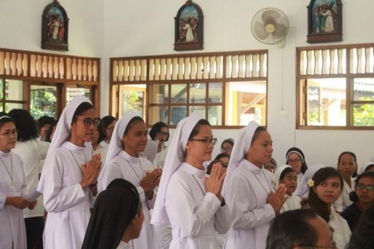 Dengan pakaian kebiaraan keempat putri masuk ke dalam kapel diantar oleh Pimpinan Postulat  Dominica OP (PEN@ Katolik/pcp)
