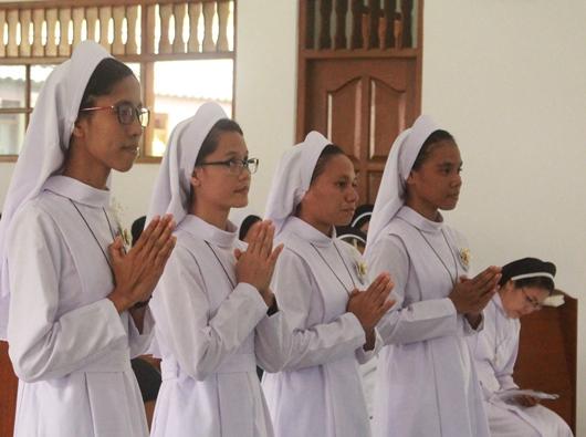 Empat putri menerima pakaian dan nama kebiaraan dalam Kongregasi Suster-Suster Santo Dominikus di Indonesia (OP) (PEN@ Katolik/pcp)