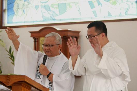 Pastor Agustinus Priyono Marwan SJ sebagai pemimpin Ibadat Sabda mengajak imam Dominikan Pastor Mingdry Hanafi Tjipto OP untuk bersama memberikan berkat penutup (PEN@ Katolik/pcp)