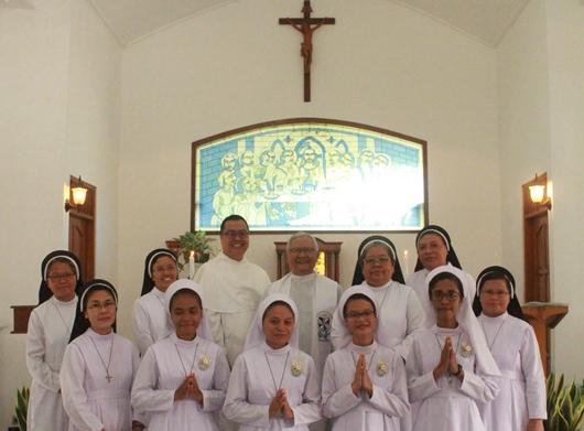 Empat novis baru bergambar bersama Dewan Kongregasi dan pimpinan postulat serta Pastor Marwan SJ dan Pastor Mingdry OP (PEN@ Katolik/pcp)