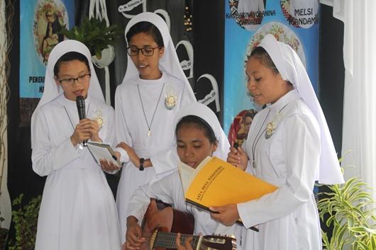 """Empat novis OP yang baru """"melayani"""" semua yang hadir dengan lagu-lagu daerah (PEN@ Katolik/pcp)"""