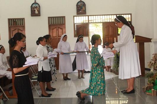 Para calon novis menerima pakaian kebiaraan (PEN@ Katolik/pcp)
